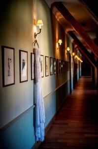 01_chateau-bela_hotel-chateau-bela_jimmy-choo_arioso-budapest_eskuvoi-fotos_jurajzsok_svadobny-fotograf_wedding-photographer_006-large.jpg