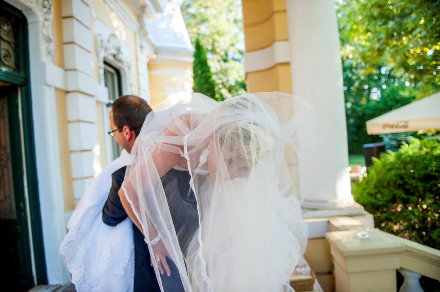 http://www.fotoz.sk/images/gallery-17/normal/eskuvoi-fotozas_svadobne-fotenie_099.jpg