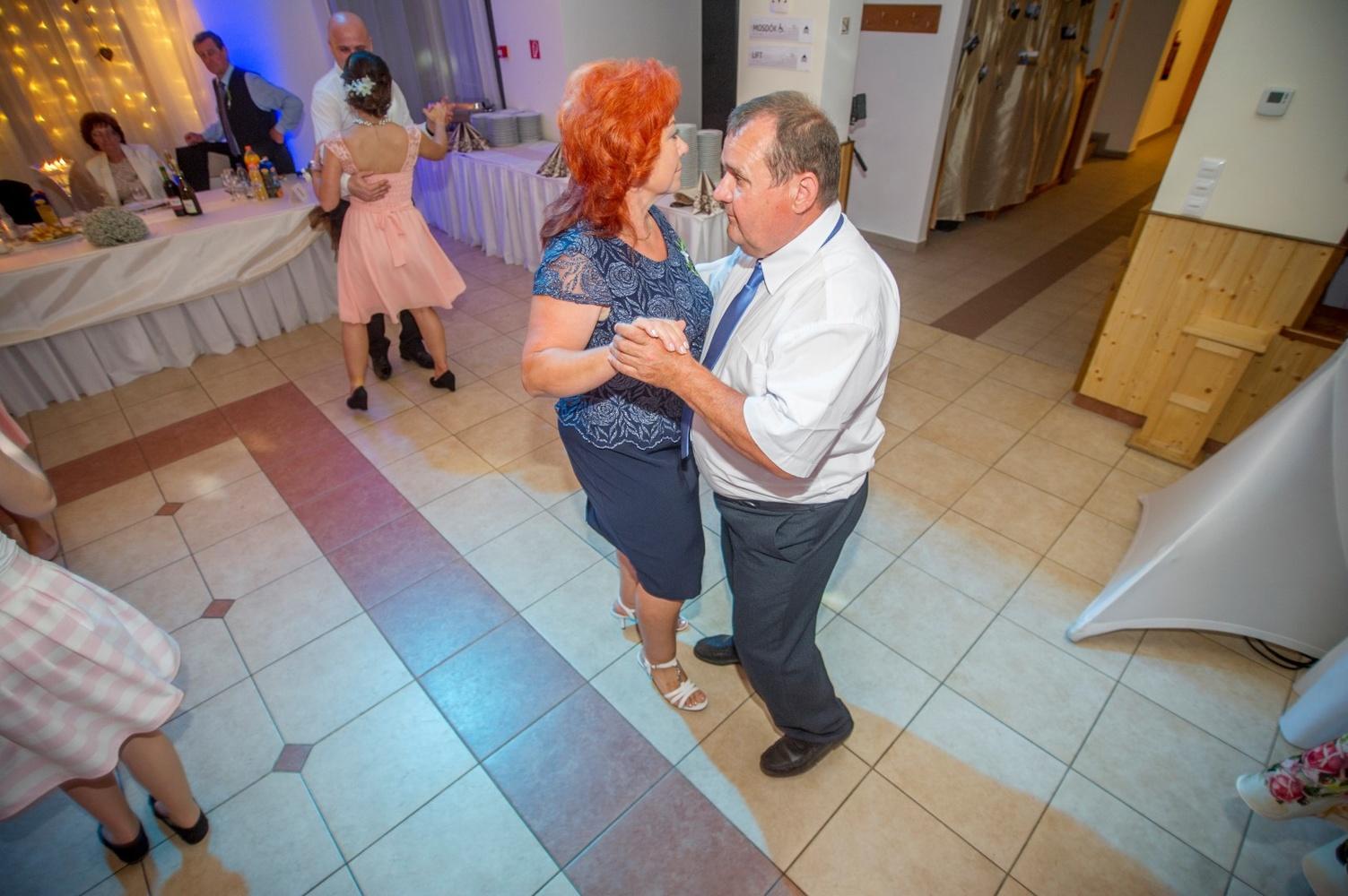 http://www.fotoz.sk/images/gallery-18/normal/eskuvo-fotozas_svadobne-fotenie_580.jpg