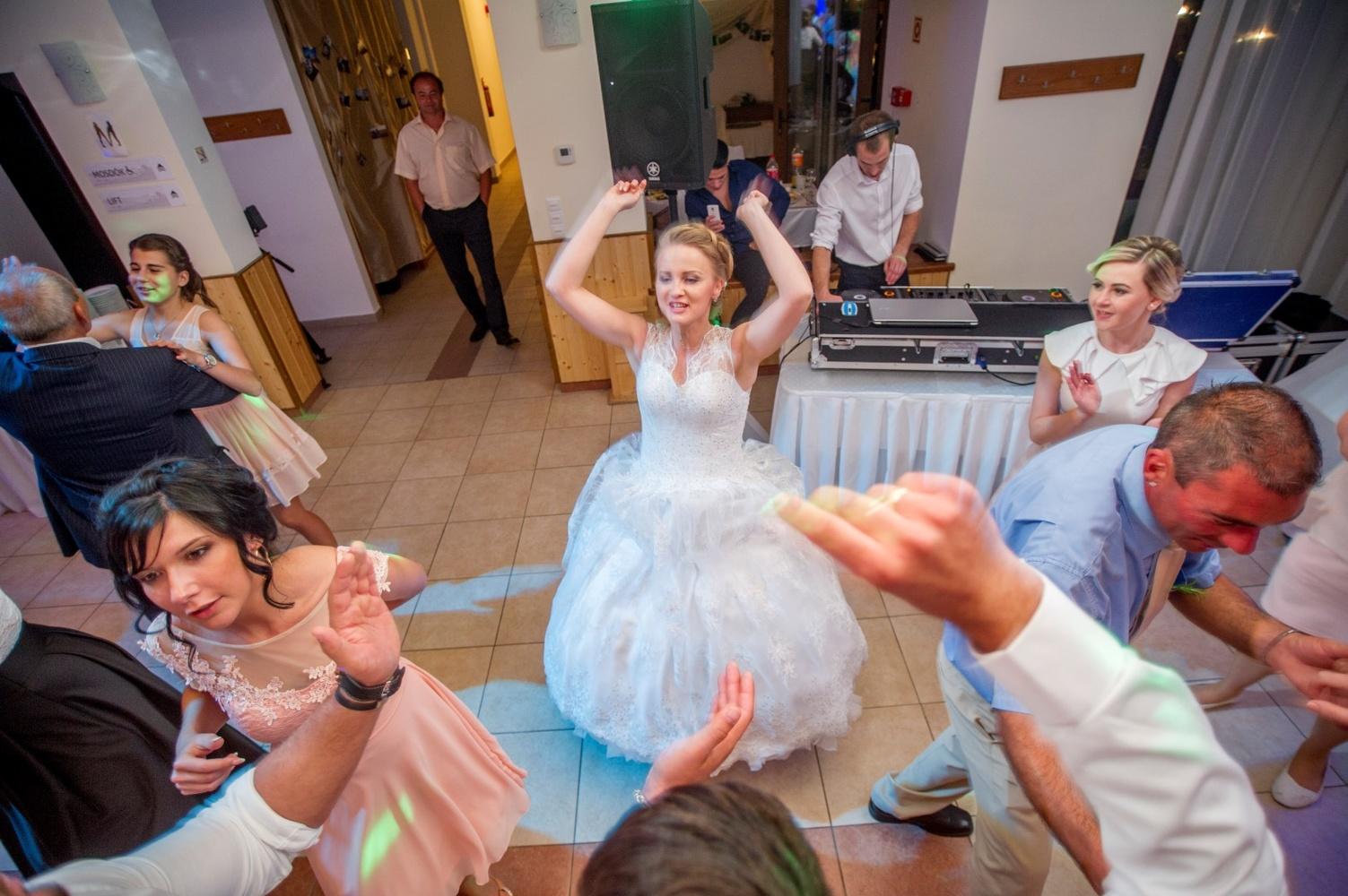http://www.fotoz.sk/images/gallery-18/normal/eskuvo-fotozas_svadobne-fotenie_586.jpg
