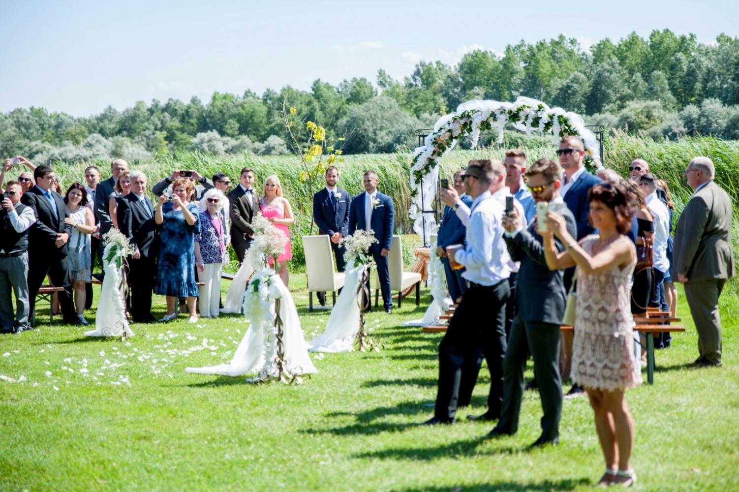 http://www.fotoz.sk/images/gallery-22/normal/eskuvoi-fotos_svadobny-fotograf_367.jpg