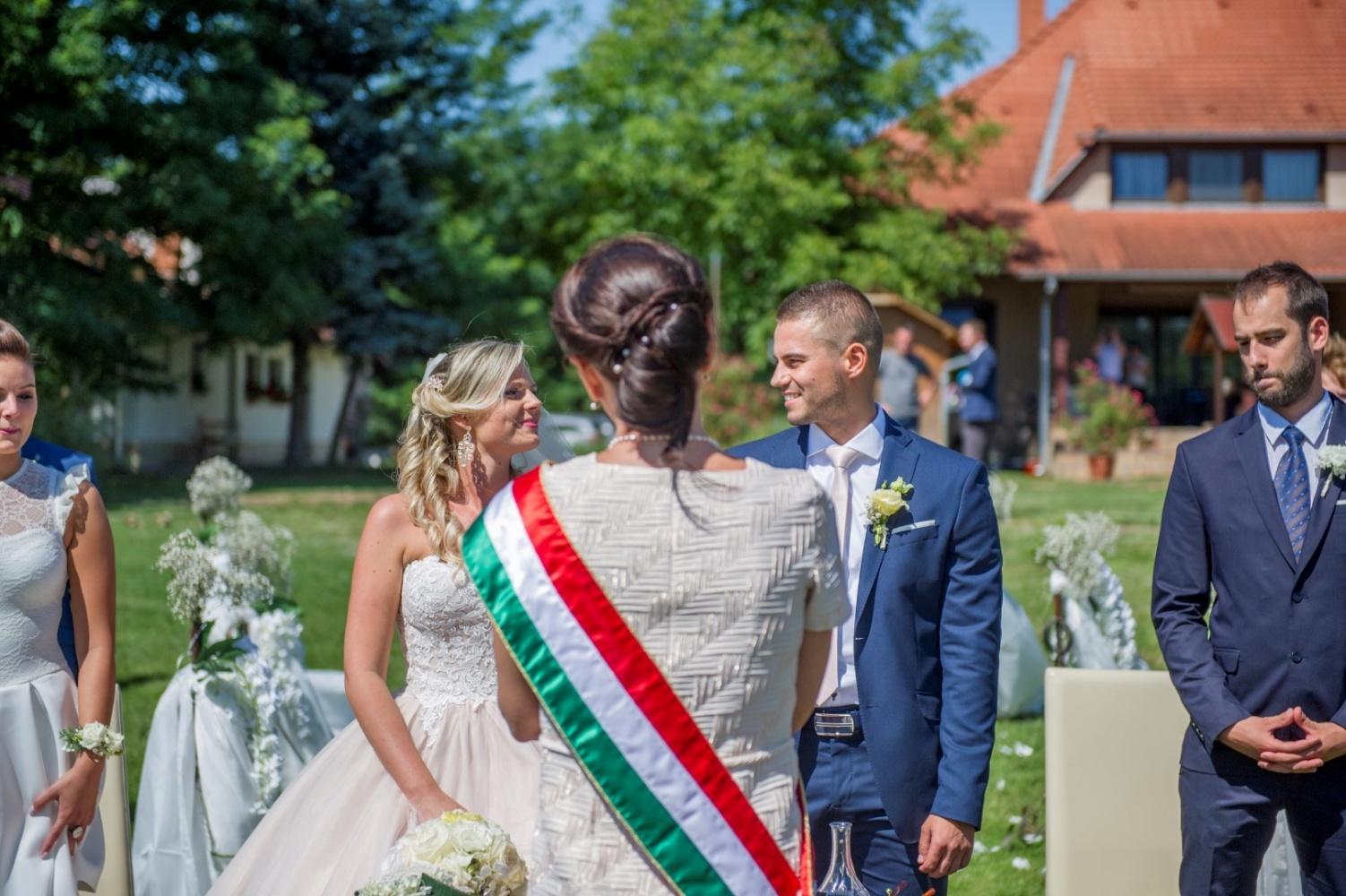 http://www.fotoz.sk/images/gallery-22/normal/eskuvoi-fotos_svadobny-fotograf_378.jpg