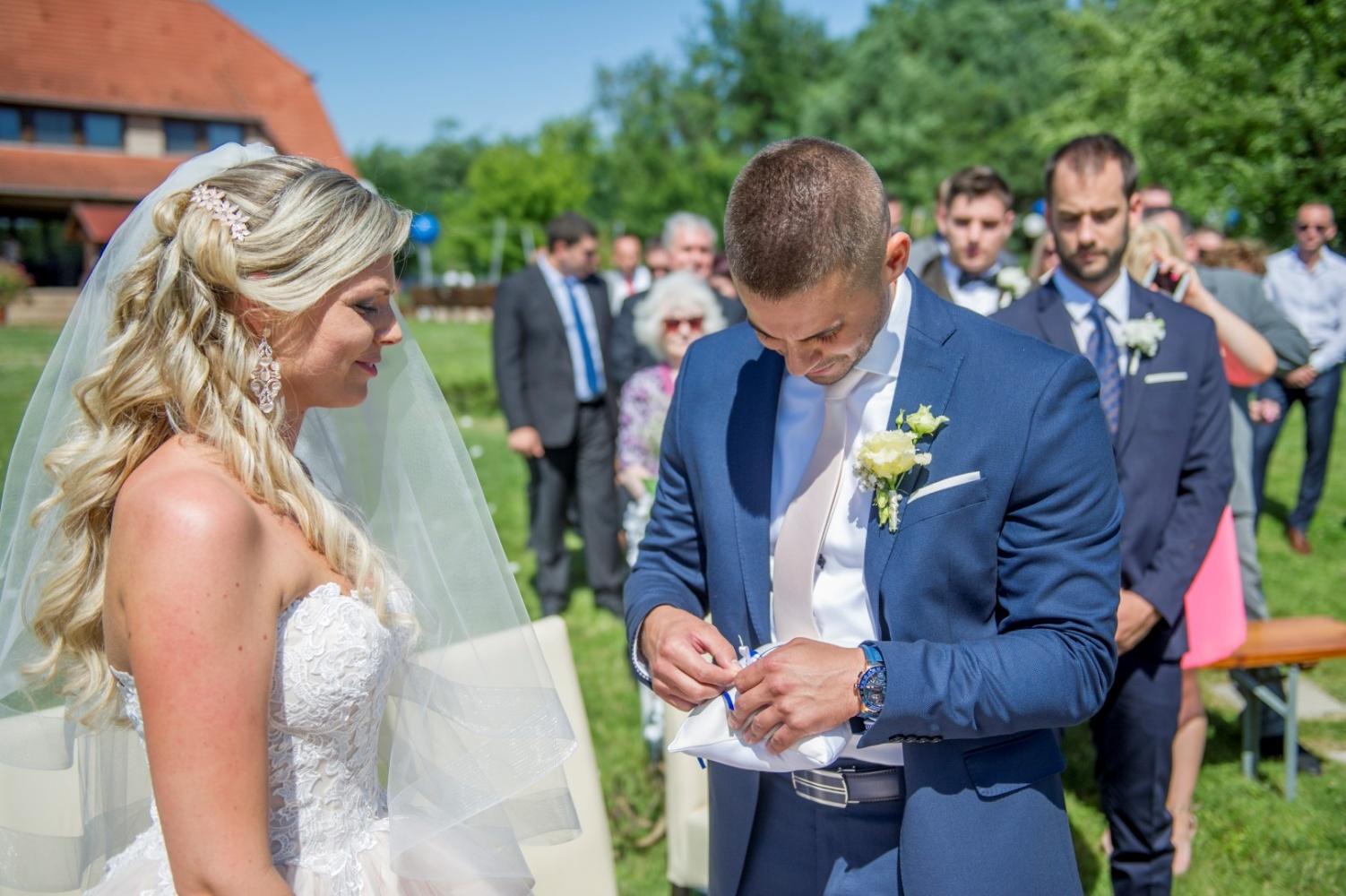 http://www.fotoz.sk/images/gallery-22/normal/eskuvoi-fotos_svadobny-fotograf_383.jpg