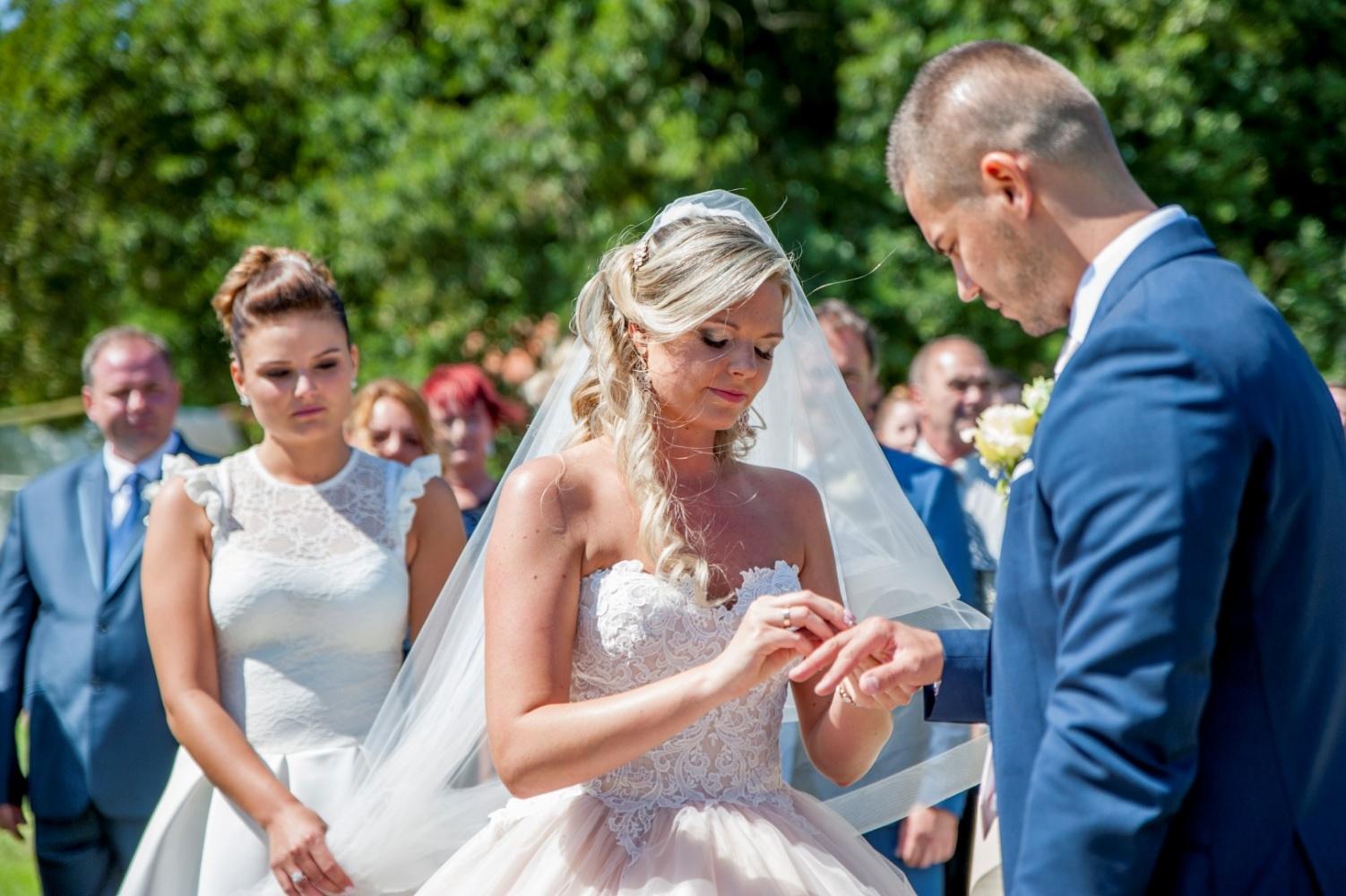 http://www.fotoz.sk/images/gallery-22/normal/eskuvoi-fotos_svadobny-fotograf_387.jpg