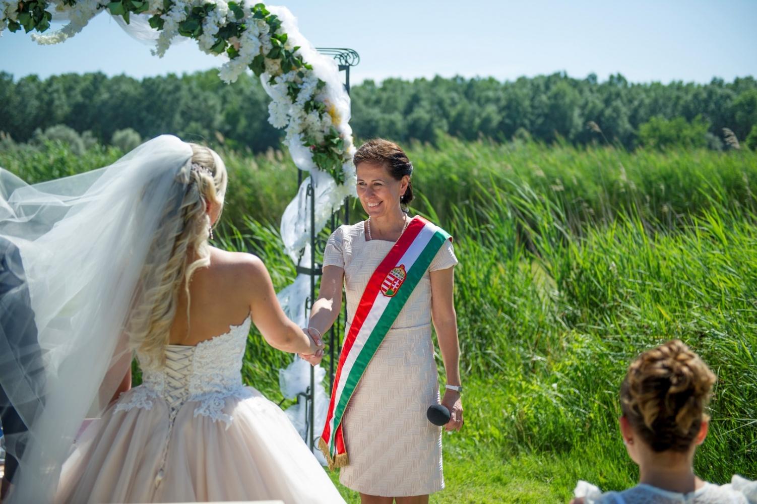 http://www.fotoz.sk/images/gallery-22/normal/eskuvoi-fotos_svadobny-fotograf_409.jpg