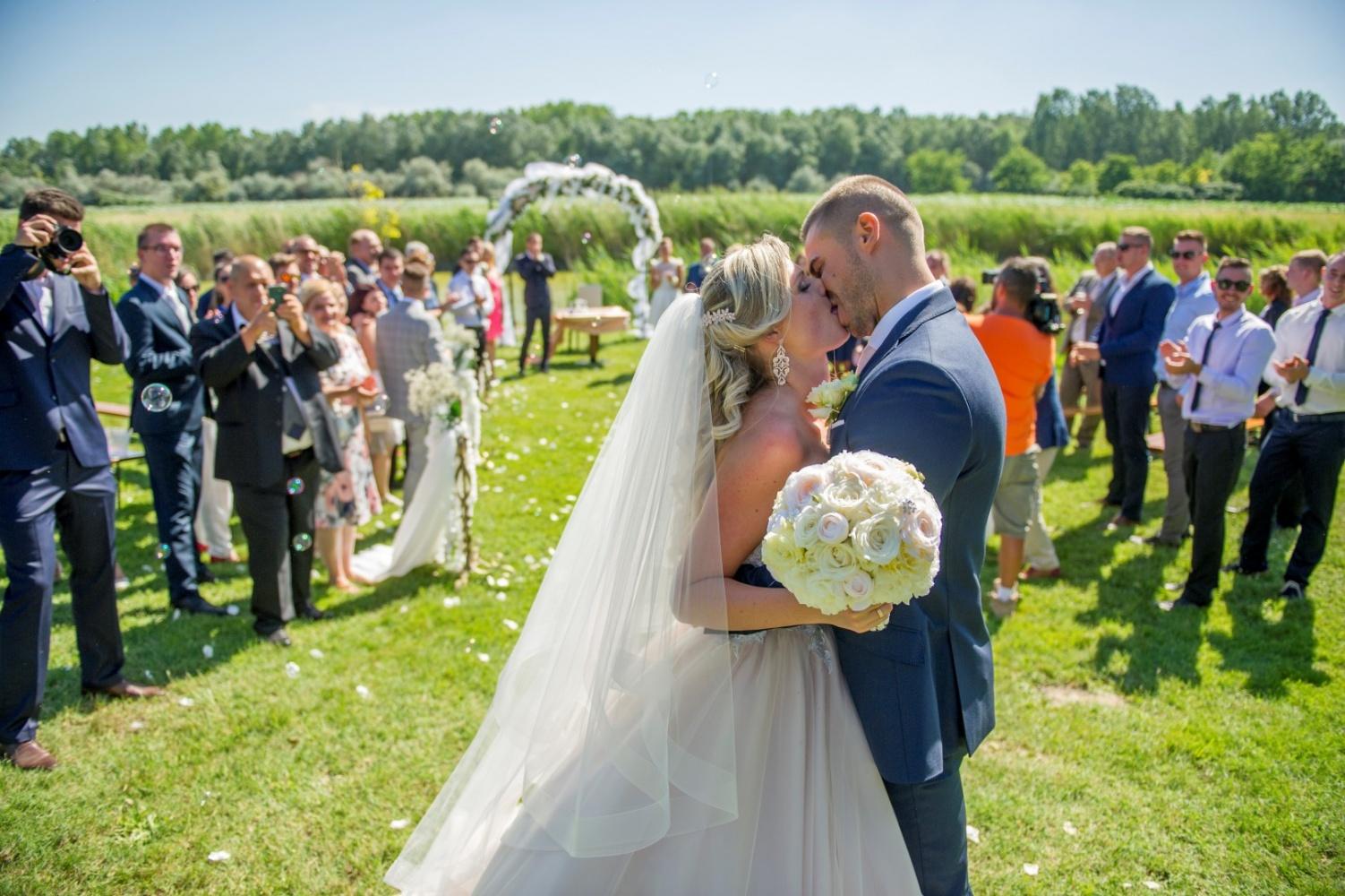 http://www.fotoz.sk/images/gallery-22/normal/eskuvoi-fotos_svadobny-fotograf_446.jpg