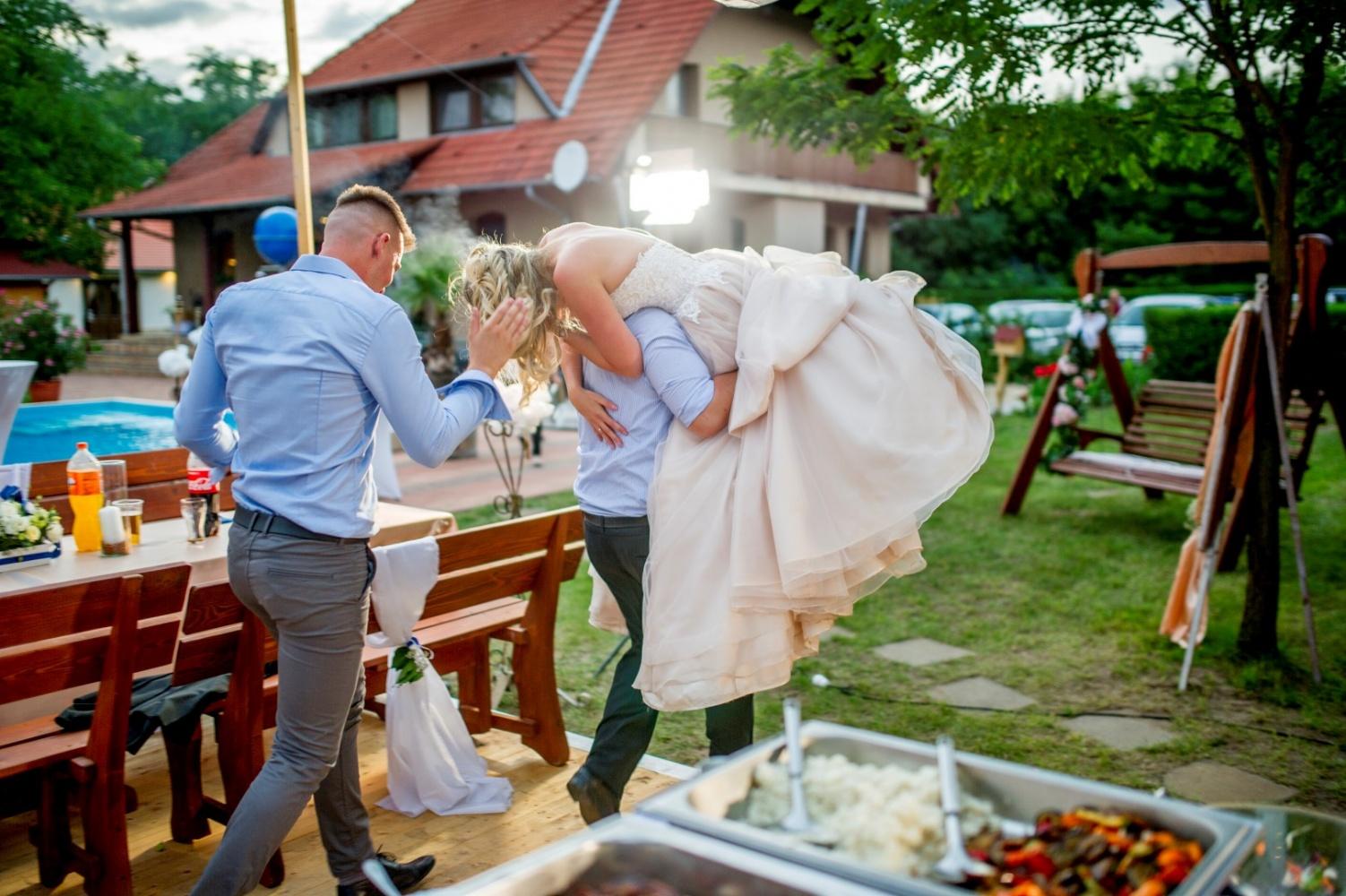 http://www.fotoz.sk/images/gallery-22/normal/eskuvoi-fotos_svadobny-fotograf_568.jpg