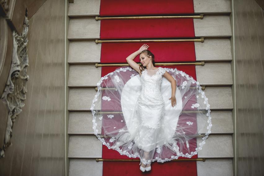 http://www.fotoz.sk/images/gallery-48/normal/eskuvoi-fotos_eskuvoi-fotozas_kreativ-fotozas_eskuvoi-fotos-budapest_eskuvoi-fotos-komarom_menyasszonyi-ruha_juraj-zsok_eskuvoi-kepek_fotozas_szuper-fotos_szabo-ervin-konyvtar_gyonyru-menyasszony247.jpg