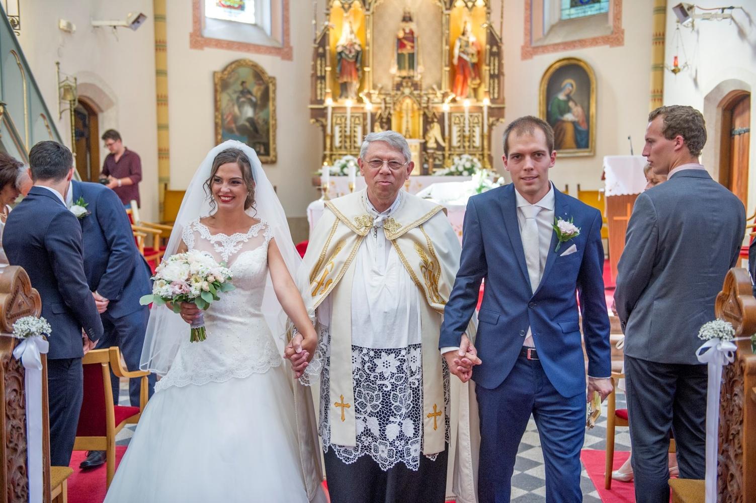 http://www.fotoz.sk/images/gallery-5/normal/eskuvo_rengo-bisztro_080.jpg