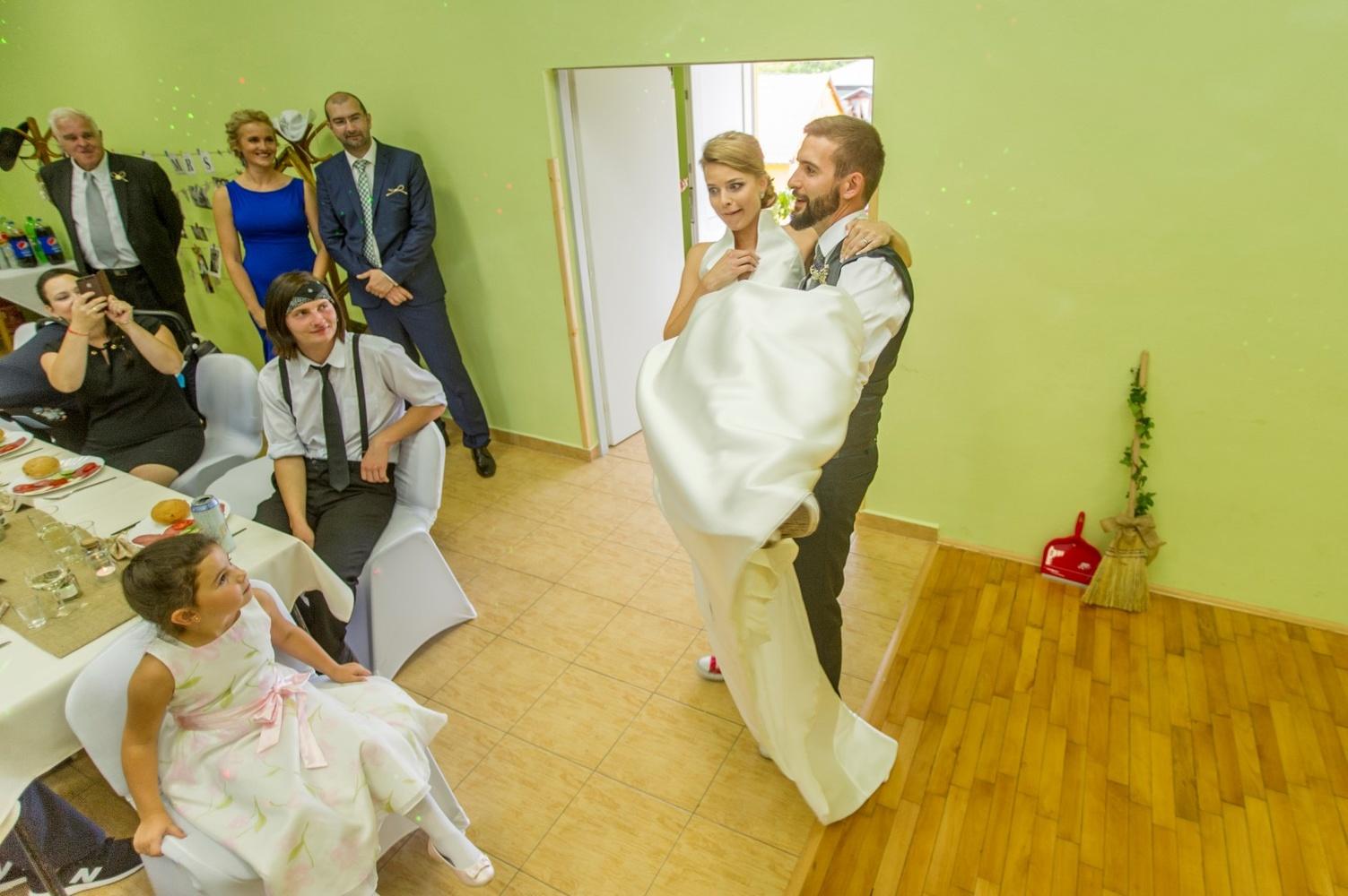 http://www.fotoz.sk/images/gallery-8/normal/eskuvoi-fotos_svadobny-fotograf_486.jpg