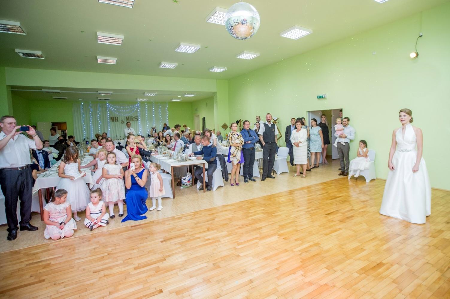http://www.fotoz.sk/images/gallery-8/normal/eskuvoi-fotos_svadobny-fotograf_518.jpg